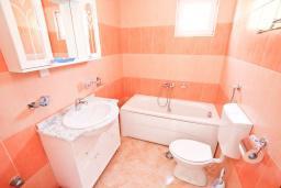 Ванная комната. Будванская ривьера, Черногория, Булярица : Апартамент с просторной гостиной, с отдельной спальней, с балконом с видом на море