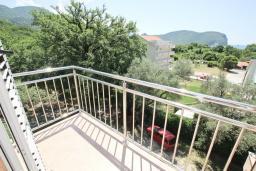 Балкон. Будванская ривьера, Черногория, Булярица : Апартамент с просторной гостиной, с отдельной спальней, с балконом с видом на море