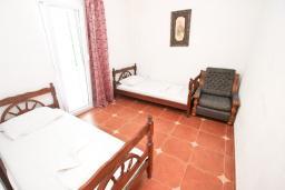 Спальня. Будванская ривьера, Черногория, Будва : Комната для 2 человек, с балконом, с общей кухней