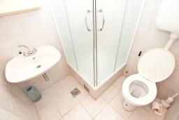 Ванная комната. Будванская ривьера, Черногория, Будва : Комната для 2 человек, с балконом, с общей кухней