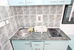 Кухня. Будванская ривьера, Черногория, Булярица : Апартамент с отдельной спальней, с шикарным видом на море, возле пляжа