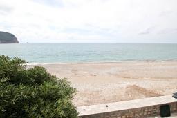 Вид на море. Будванская ривьера, Черногория, Булярица : Апартамент с отдельной спальней, с шикарным видом на море, возле пляжа