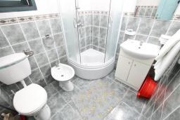Ванная комната. Будванская ривьера, Черногория, Булярица : Апартамент с 2-мя отдельными спальнями, с шикарным видом на море, возле пляжа