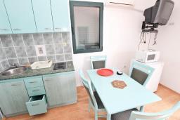 Гостиная. Будванская ривьера, Черногория, Булярица : Апартамент с отдельной спальней, с шикарным видом на море, возле пляжа
