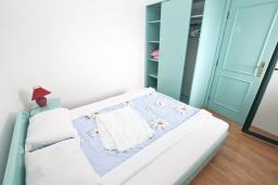 Спальня. Будванская ривьера, Черногория, Булярица : Апартамент с отдельной спальней, с шикарным видом на море, возле пляжа