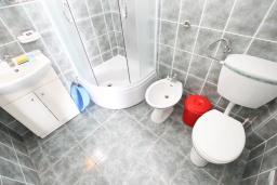 Ванная комната. Будванская ривьера, Черногория, Булярица : Апартамент с отдельной спальней, с шикарным видом на море, возле пляжа