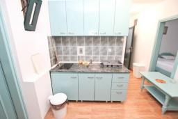 Кухня. Будванская ривьера, Черногория, Булярица : Апартамент с 3-мя отдельными спальнями, с большой террасой с шикарным видом на море, возле пляжа