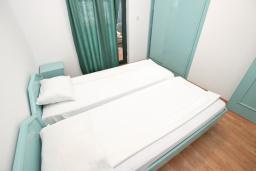Спальня. Будванская ривьера, Черногория, Булярица : Апартамент с 3-мя отдельными спальнями, с большой террасой с шикарным видом на море, возле пляжа