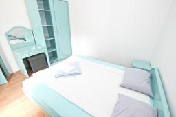 Спальня 2. Будванская ривьера, Черногория, Булярица : Апартамент с 3-мя отдельными спальнями, с большой террасой с шикарным видом на море, возле пляжа