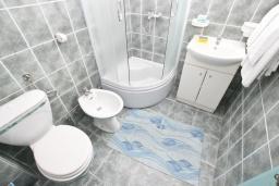 Ванная комната. Будванская ривьера, Черногория, Булярица : Апартамент с 3-мя отдельными спальнями, с большой террасой с шикарным видом на море, возле пляжа