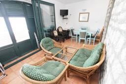Терраса. Будванская ривьера, Черногория, Булярица : Апартамент с 3-мя отдельными спальнями, с большой террасой с шикарным видом на море, возле пляжа