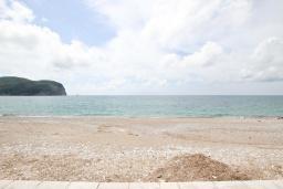Вид на море. Будванская ривьера, Черногория, Булярица : Апартамент с 3-мя отдельными спальнями, с большой террасой с шикарным видом на море, возле пляжа