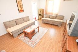 Гостиная. Будванская ривьера, Черногория, Будва : Апартамент с большой гостиной, с 2-мя отдельными спальнями, 100 метров до моря