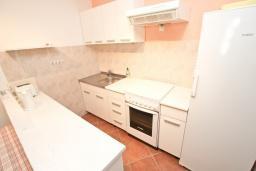 Кухня. Будванская ривьера, Черногория, Будва : Апартамент с большой гостиной, с 2-мя отдельными спальнями, 100 метров до моря