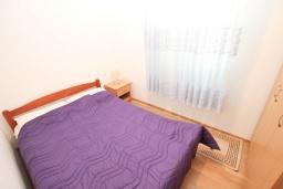 Спальня. Будванская ривьера, Черногория, Будва : Апартамент с большой гостиной, с 2-мя отдельными спальнями, 100 метров до моря