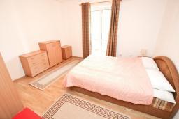 Спальня 2. Будванская ривьера, Черногория, Будва : Апартамент с большой гостиной, с 2-мя отдельными спальнями, 100 метров до моря