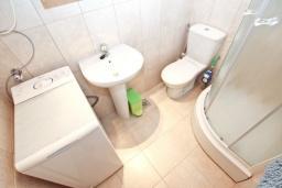 Ванная комната. Будванская ривьера, Черногория, Будва : Апартамент с большой гостиной, с 2-мя отдельными спальнями, 100 метров до моря