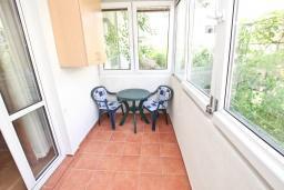 Балкон. Будванская ривьера, Черногория, Будва : Апартамент с большой гостиной, с 2-мя отдельными спальнями, 100 метров до моря