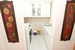 Кухня. Будванская ривьера, Черногория, Будва : Апартамент с отдельной спальней, с балконом