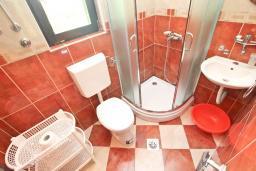 Ванная комната. Будванская ривьера, Черногория, Будва : Студия в Будве с террасой в 800 метрах от моря