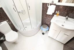 Ванная комната. Будванская ривьера, Черногория, Святой Стефан : Студия для 2 человек, с балконом с видом на море