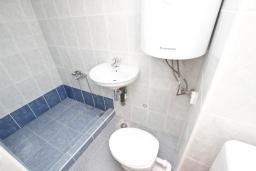 Ванная комната. Будванская ривьера, Черногория, Петровац : Комната для 2 человек, с большим балконом
