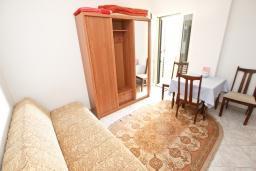 Гостиная. Будванская ривьера, Черногория, Святой Стефан : Апартамент для 2-3 человек, с отдельной спальней, с балконом с видом на море