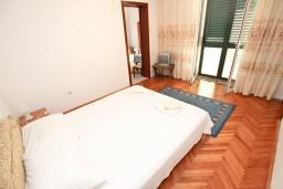 Спальня. Будванская ривьера, Черногория, Святой Стефан : Апартамент для 2-3 человек, с отдельной спальней, с балконом с видом на море