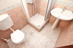 Ванная комната. Будванская ривьера, Черногория, Святой Стефан : Апартамент для 2-3 человек, с отдельной спальней, с балконом с видом на море