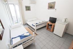 Спальня. Рафаиловичи, Черногория, Рафаиловичи : Комната на 3 персоны с видом на море, 15 метров от пляжа, общая кухня