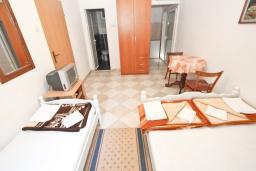 Студия (гостиная+кухня). Будванская ривьера, Черногория, Рафаиловичи : Студия в Рафаиловичи с балконом, 15 метров от пляжа