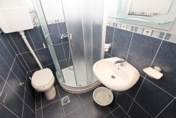 Ванная комната. Будванская ривьера, Черногория, Рафаиловичи : Студия в Рафаиловичи с балконом, 15 метров от пляжа