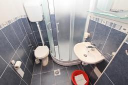Ванная комната. Будванская ривьера, Черногория, Рафаиловичи : Студия на 3 персоны, 15 метров от пляжа