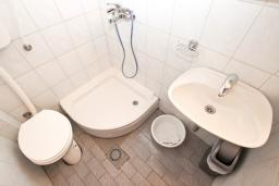 Ванная комната. Будванская ривьера, Черногория, Рафаиловичи : Студия с балконом в 15 метрах от пляжа