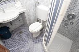 Ванная комната. Будванская ривьера, Черногория, Святой Стефан : Комната на 2 персоны с кондиционером, с балконом с видом на море