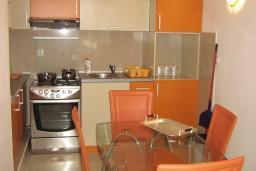 Кухня. Будванская ривьера, Черногория, Петровац : Апартамент для 4 человек с двумя отдельными спальнями, с балконом и видом на сад