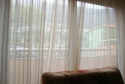 Гостиная. Будванская ривьера, Черногория, Петровац : Апартамент для 4 человек с двумя отдельными спальнями, с балконом и видом на сад