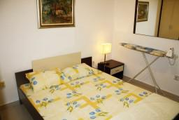 Спальня 2. Будванская ривьера, Черногория, Петровац : Апартамент для 4 человек с двумя отдельными спальнями, с балконом и видом на сад