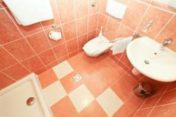 Ванная комната. Рафаиловичи, Черногория, Рафаиловичи : Студия с балконом c видом на море