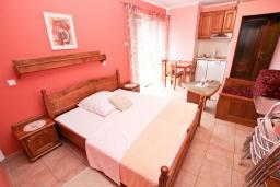 Гостиная. Рафаиловичи, Черногория, Рафаиловичи : Апартамент с отдельной спальней, с балконом c видом на море