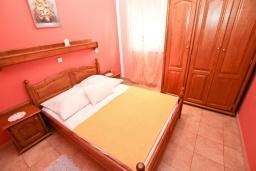 Спальня. Рафаиловичи, Черногория, Рафаиловичи : Апартамент с отдельной спальней, с балконом c видом на море