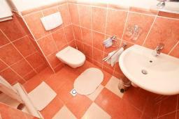 Ванная комната. Рафаиловичи, Черногория, Рафаиловичи : Апартамент с отдельной спальней, с балконом c видом на море