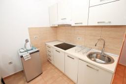Кухня. Рафаиловичи, Черногория, Рафаиловичи : Современный апартамент с отдельной спальней, с балконом с видом на море