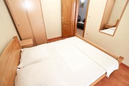 Спальня. Рафаиловичи, Черногория, Рафаиловичи : Современный апартамент с отдельной спальней, с балконом с видом на море