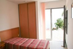 Спальня. Будванская ривьера, Черногория, Будва : 2-х этажный дом с 6 отдельными спальнями, в каждой спальне своя ванная комната, с большой террасой и балконом с шикарным видом на море, с бассейном, с местом для барбекю, Wi-Fi
