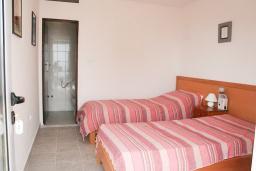 Спальня 2. Будванская ривьера, Черногория, Будва : 2-х этажный дом с 6 отдельными спальнями, в каждой спальне своя ванная комната, с большой террасой и балконом с шикарным видом на море, с бассейном, с местом для барбекю, Wi-Fi