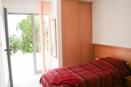 Спальня 3. Будванская ривьера, Черногория, Будва : 2-х этажный дом с 6 отдельными спальнями, в каждой спальне своя ванная комната, с большой террасой и балконом с шикарным видом на море, с бассейном, с местом для барбекю, Wi-Fi