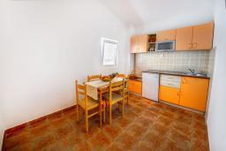 Кухня. Будванская ривьера, Черногория, Каменово : Апартаменты для 4-5 человек, с 2-мя отдельными спальнями, с 2-мя балконами с видом на море