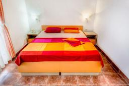 Спальня. Будванская ривьера, Черногория, Каменово : Апартаменты для 4-5 человек, с 2-мя отдельными спальнями, с 2-мя балконами с видом на море