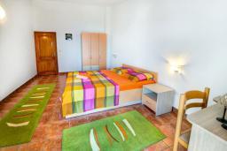 Спальня 2. Будванская ривьера, Черногория, Каменово : Апартаменты для 4-5 человек, с 2-мя отдельными спальнями, с 2-мя балконами с видом на море